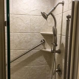Esempio di una piccola stanza da bagno con doccia tradizionale con ante con bugna sagomata, ante in legno scuro, doccia ad angolo, pareti beige, parquet scuro, lavabo sottopiano, top alla veneziana e porta doccia a battente