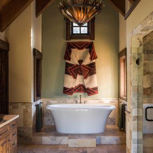 Salle de bain avec du carrelage en travertin et un sol en ardoise ...