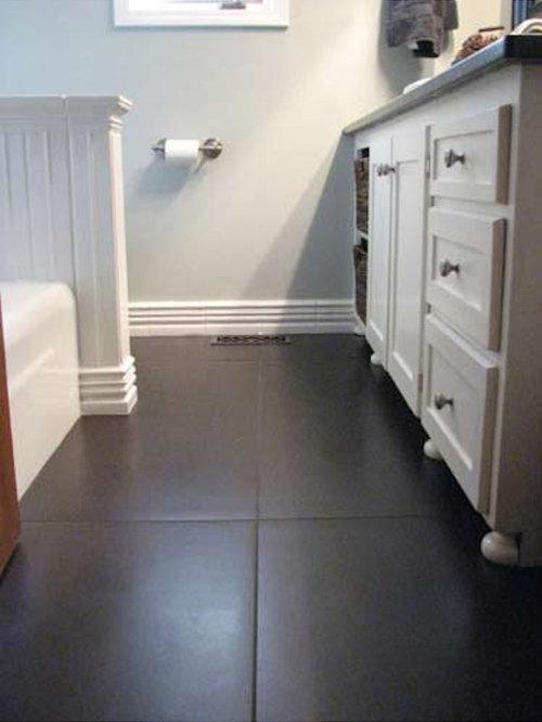 Salle de bain avec une baignoire d 39 angle et un placard avec porte panne - Placard d angle salle de bain ...