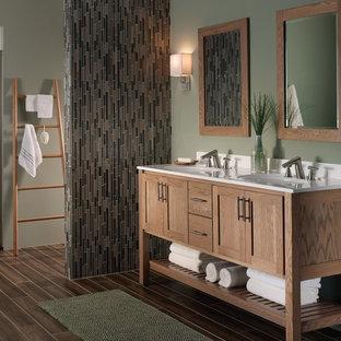 Ejemplo de cuarto de baño principal, asiático, de tamaño medio, con armarios tipo mueble, puertas de armario de madera clara, ducha empotrada, baldosas y/o azulejos multicolor, azulejos en listel, paredes verdes, suelo de baldosas de porcelana, lavabo integrado, encimera de acrílico y suelo marrón