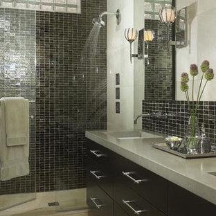 Foto de cuarto de baño con ducha, clásico renovado, de tamaño medio, con armarios con paneles lisos, puertas de armario negras, ducha empotrada, sanitario de una pieza, baldosas y/o azulejos negros, baldosas y/o azulejos en mosaico, paredes beige, suelo de travertino, lavabo bajoencimera y encimera de cemento