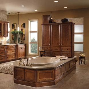Idee per un'ampia stanza da bagno padronale chic con ante con riquadro incassato, ante in legno scuro, vasca da incasso, piastrelle beige, piastrelle di vetro, pareti beige, pavimento con piastrelle in ceramica, lavabo sottopiano e pavimento grigio