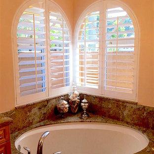Mittelgroßes Klassisches Badezimmer En Suite mit Eckbadewanne und beiger Wandfarbe in Orange County