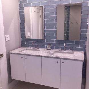 Свежая идея для дизайна: главная ванная комната среднего размера в современном стиле с плоскими фасадами, белыми фасадами, серой плиткой, плиткой кабанчик, серыми стенами, врезной раковиной, мраморной столешницей и бежевым полом - отличное фото интерьера
