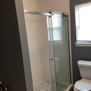 Идея дизайна: маленькая главная ванная комната в классическом стиле с душем с раздвижными дверями, фасадами островного типа, синими фасадами, отдельно стоящей ванной, душем в нише, раздельным унитазом, серыми стенами, полом из плитки под дерево, монолитной раковиной, столешницей из искусственного кварца, коричневым полом, белой столешницей, тумбой под одну раковину и напольной тумбой