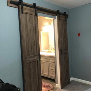 Idées déco pour une petit douche en alcôve principale classique avec un placard en trompe-l'oeil, des portes de placard bleues, une baignoire indépendante, un WC séparé, un mur gris, un sol en carrelage imitation parquet, un lavabo intégré, un plan de toilette en quartz modifié, un sol marron, une cabine de douche à porte coulissante, un plan de toilette blanc, meuble simple vasque et meuble-lavabo sur pied.