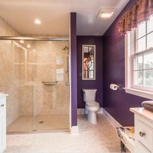 Idee per una stanza da bagno tradizionale di medie dimensioni con ante bianche, doccia alcova, WC a due pezzi, piastrelle beige, piastrelle in ceramica, pareti viola, pavimento con piastrelle in ceramica, top in granito, pavimento beige e porta doccia scorrevole