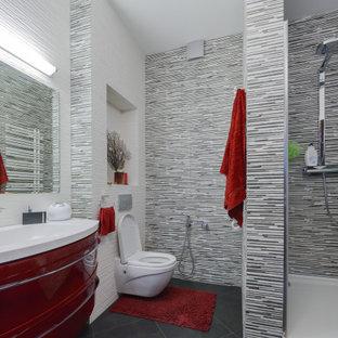 Ispirazione per una stanza da bagno con doccia contemporanea di medie dimensioni con ante lisce, ante rosse, doccia alcova, WC sospeso, piastrelle grigie, piastrelle a listelli, lavabo integrato, pavimento grigio e top bianco