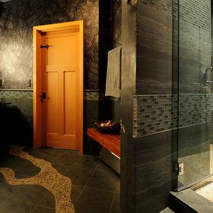 Ispirazione per una stanza da bagno padronale design di medie dimensioni con ante in stile shaker, ante in legno scuro, doccia alcova, piastrelle blu, piastrelle grigie, piastrelle di vetro, pareti grigie, pavimento in gres porcellanato, top in cemento, pavimento nero e porta doccia a battente