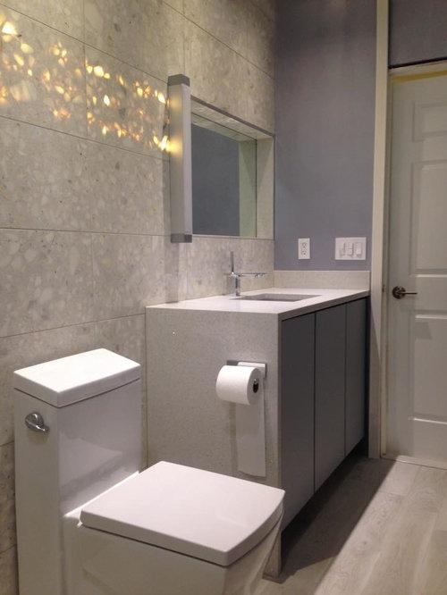 Salle de bain avec une plaque de galets et un mur violet for Poser une porte de placard