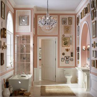 Foto de cuarto de baño principal, romántico, grande, con bañera exenta, ducha esquinera, sanitario de dos piezas, paredes rosas, suelo de baldosas de porcelana, lavabo con pedestal, suelo blanco y ducha con puerta con bisagras