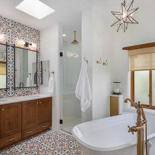 Неиссякаемый источник вдохновения для домашнего уюта: главная ванная комната среднего размера в стиле фьюжн с фасадами цвета дерева среднего тона, раздельным унитазом, белыми стенами, полом из цементной плитки, врезной раковиной, столешницей из искусственного кварца, разноцветным полом, душем с распашными дверями, белой столешницей, фасадами в стиле шейкер, разноцветной плиткой, цементной плиткой и отдельно стоящей ванной
