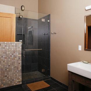 Ispirazione per una stanza da bagno con doccia contemporanea di medie dimensioni con doccia ad angolo, pareti beige, porta doccia a battente, consolle stile comò, ante in legno bruno, piastrelle nere, piastrelle in ardesia, pavimento in ardesia, lavabo rettangolare e pavimento nero