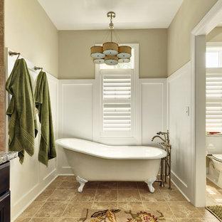 Immagine di una stanza da bagno chic con vasca con piedi a zampa di leone