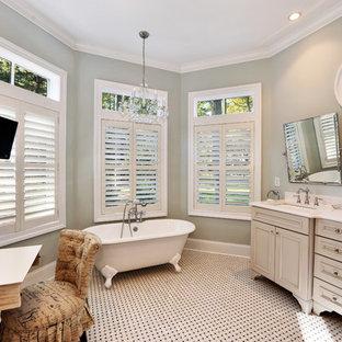 Inspiration för ett maritimt badrum, med ett badkar med tassar och mosaik