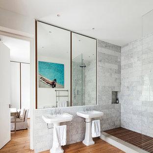 Idées déco pour une salle de bain contemporaine de taille moyenne pour enfant avec une baignoire indépendante, une douche ouverte, un WC à poser, un carrelage gris, des carreaux de céramique, un mur blanc, sol en stratifié, un plan vasque, un sol marron et aucune cabine.