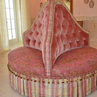 Immagine di una stanza da bagno padronale classica con ante in legno scuro, piastrelle bianche, piastrelle di marmo, pareti rosa, pavimento in marmo, lavabo a colonna e pavimento bianco