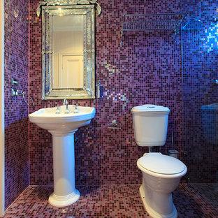 Создайте стильный интерьер: маленькая ванная комната в классическом стиле с угловым душем, раздельным унитазом, плиткой мозаикой, фиолетовыми стенами, полом из мозаичной плитки, душевой кабиной, раковиной с пьедесталом и фиолетовым полом - последний тренд
