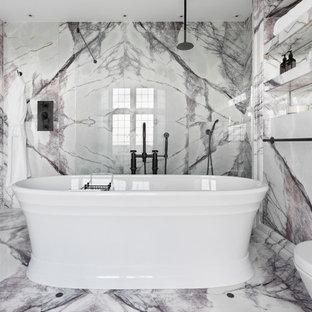 Foto på ett stort funkis vit en-suite badrum, med luckor med lamellpanel, lila skåp, ett fristående badkar, en öppen dusch, vit kakel, marmorkakel, marmorgolv, ett avlångt handfat, marmorbänkskiva och flerfärgat golv