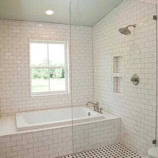 Exempel på ett mellanstort lantligt en-suite badrum, med ett platsbyggt badkar, våtrum, vit kakel, tunnelbanekakel, vita väggar, klinkergolv i keramik, svart golv, med dusch som är öppen och ett väggmonterat handfat