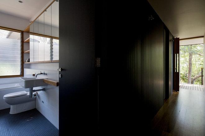 Contemporary Bathroom by Matt  Elkan Architect