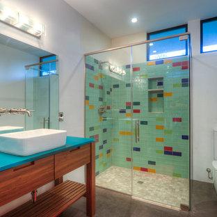 Выдающиеся фото от архитекторов и дизайнеров интерьера: главная ванная комната среднего размера в современном стиле с настольной раковиной, фасадами островного типа, фасадами цвета дерева среднего тона, угловым душем, раздельным унитазом, стеклянной плиткой, белыми стенами, бетонным полом, разноцветной плиткой и синей столешницей