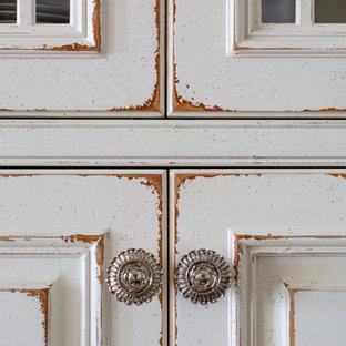 Пример оригинального дизайна: главная ванная комната среднего размера в классическом стиле с фасадами с декоративным кантом, искусственно-состаренными фасадами, отдельно стоящей ванной, угловым душем, серыми стенами, полом из керамогранита, врезной раковиной, столешницей из искусственного камня, белым полом и душем с распашными дверями