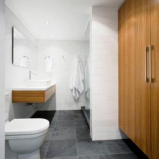 Modelo de cuarto de baño vestidor y gris y blanco, minimalista, con lavabo sobreencimera, suelo de pizarra y suelo gris