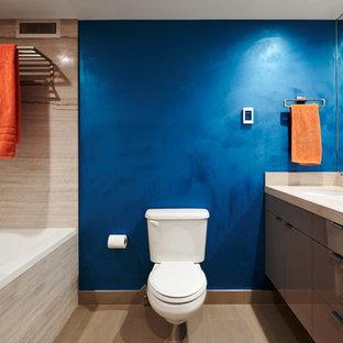 Foto de cuarto de baño con ducha, actual, con armarios con paneles lisos, puertas de armario beige, bañera empotrada, combinación de ducha y bañera, sanitario de dos piezas, paredes azules, lavabo bajoencimera, suelo beige, ducha con puerta con bisagras y encimeras beige