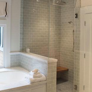 Inredning av ett klassiskt stort en-suite badrum, med möbel-liknande, vita skåp, ett undermonterat badkar, en hörndusch, grå kakel, tunnelbanekakel, grå väggar, klinkergolv i porslin, ett undermonterad handfat, bänkskiva i kvarts, grått golv och dusch med gångjärnsdörr