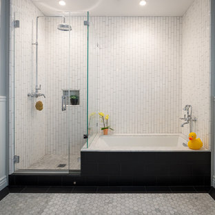 Esempio di una stanza da bagno per bambini vittoriana con vasca sottopiano, doccia ad angolo, piastrelle bianche, pareti grigie e porta doccia a battente