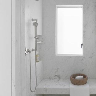 Imagen de cuarto de baño principal, minimalista, extra grande, con armarios con paneles lisos, puertas de armario blancas, bidé, baldosas y/o azulejos blancos, baldosas y/o azulejos de mármol, paredes blancas, suelo de madera clara, lavabo integrado, encimera de mármol, suelo beige, ducha abierta, encimeras blancas y ducha empotrada