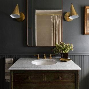 Idéer för ett klassiskt badrum, med skåp i slitet trä, grå väggar och ett undermonterad handfat