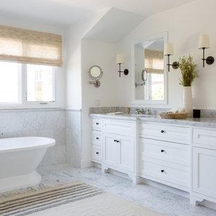 Источник вдохновения для домашнего уюта: главная ванная комната в морском стиле с фасадами с декоративным кантом, белыми фасадами, отдельно стоящей ванной, серой плиткой, белыми стенами, врезной раковиной, серым полом и серой столешницей