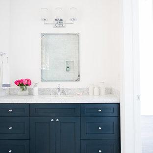 Ejemplo de cuarto de baño tradicional renovado, grande, con puertas de armario azules, encimera de mármol, paredes blancas, lavabo bajoencimera y armarios estilo shaker