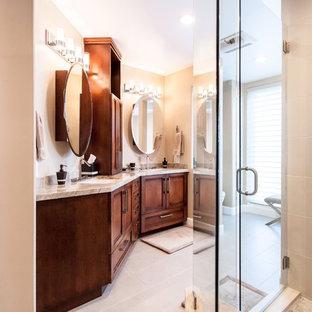 サンディエゴのコンテンポラリースタイルのおしゃれな浴室 (シェーカースタイル扉のキャビネット、濃色木目調キャビネット、ベージュの壁、御影石の洗面台、ベージュの床、開き戸のシャワー、ベージュのカウンター) の写真