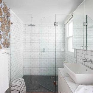 Inspiration för mellanstora klassiska badrum, med ett fristående handfat, släta luckor, vita skåp, marmorbänkskiva, vit kakel, tunnelbanekakel, vita väggar, en kantlös dusch, mosaikgolv och rött golv