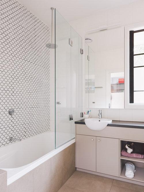 badezimmer mit terrazzo waschtisch und wei en w nden. Black Bedroom Furniture Sets. Home Design Ideas
