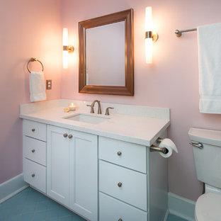 Ispirazione per una piccola stanza da bagno per bambini chic con lavabo sottopiano, ante bianche, top in quarzo composito, WC a due pezzi, piastrelle bianche, piastrelle in ceramica, pareti rosa, pavimento con piastrelle in ceramica e ante con riquadro incassato