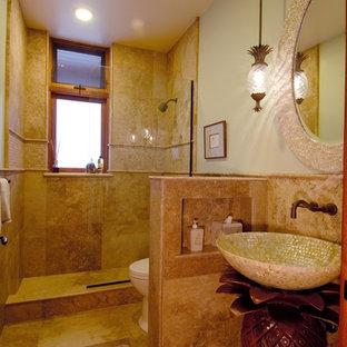 Tropisches Badezimmer mit offener Dusche, Aufsatzwaschbecken und offener Dusche in Hawaii
