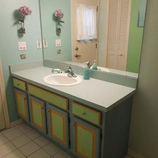 Ejemplo de cuarto de baño infantil, tropical, pequeño, con encimera de laminado y armarios con paneles con relieve