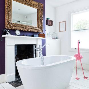 Пример оригинального дизайна интерьера: ванная комната в стиле фьюжн с отдельно стоящей ванной, фиолетовыми стенами и деревянным полом