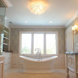Идея дизайна: огромная главная ванная комната в классическом стиле с белыми фасадами, мраморной столешницей, отдельно стоящей ванной, угловым душем, фасадами островного типа, раздельным унитазом, разноцветными стенами, полом из керамической плитки, бежевым полом, душем с распашными дверями и серой столешницей