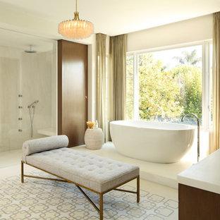 Diseño de cuarto de baño principal, actual, con bañera exenta, ducha a ras de suelo, baldosas y/o azulejos beige y paredes beige