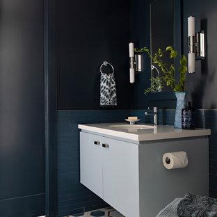 Foto di una piccola stanza da bagno con doccia minimal con ante lisce, ante blu, piastrelle blu, piastrelle di vetro, pavimento in cementine, lavabo sottopiano, top in quarzo composito, top bianco, pareti nere e pavimento multicolore