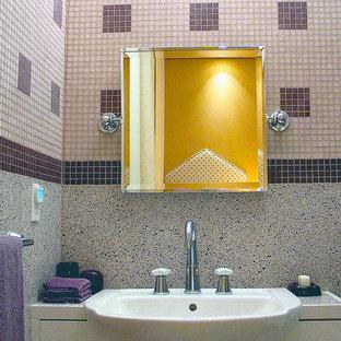 Foto di una grande stanza da bagno per bambini minimalista con ante lisce, ante bianche, vasca da incasso, vasca/doccia, WC monopezzo, piastrelle multicolore, piastrelle di vetro, pareti multicolore, pavimento alla veneziana, lavabo da incasso, top alla veneziana e pavimento viola