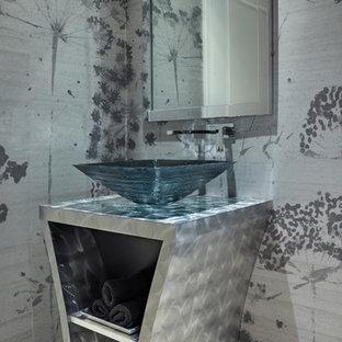 Immagine di una stanza da bagno padronale minimalista di medie dimensioni con nessun'anta, pareti grigie, pavimento in marmo, lavabo a bacinella, top in acciaio inossidabile e pavimento bianco