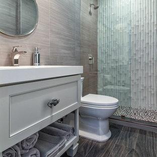 Ispirazione per una stanza da bagno con doccia tropicale di medie dimensioni con ante con riquadro incassato, ante grigie, doccia alcova, piastrelle bianche, piastrelle in ceramica, pareti marroni, parquet scuro, lavabo sottopiano, top in superficie solida e pavimento marrone