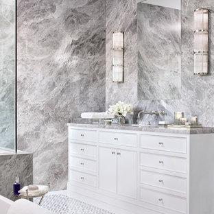 Ispirazione per una stanza da bagno padronale stile marino con ante bianche, piastrelle grigie, piastrelle multicolore, piastrelle di marmo, pareti grigie, top in marmo, pavimento multicolore, ante con riquadro incassato e top multicolore