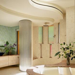 Idées déco pour une salle de bain sud-ouest américain avec des portes de placard beiges, une baignoire encastrée, une douche ouverte, un carrelage beige et aucune cabine.